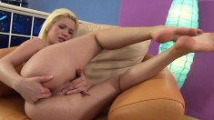 Blonde Bibi Noel moans while shoving fingers up her creamy slit
