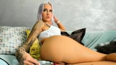 Blonde bimbo plays anally with a dildo